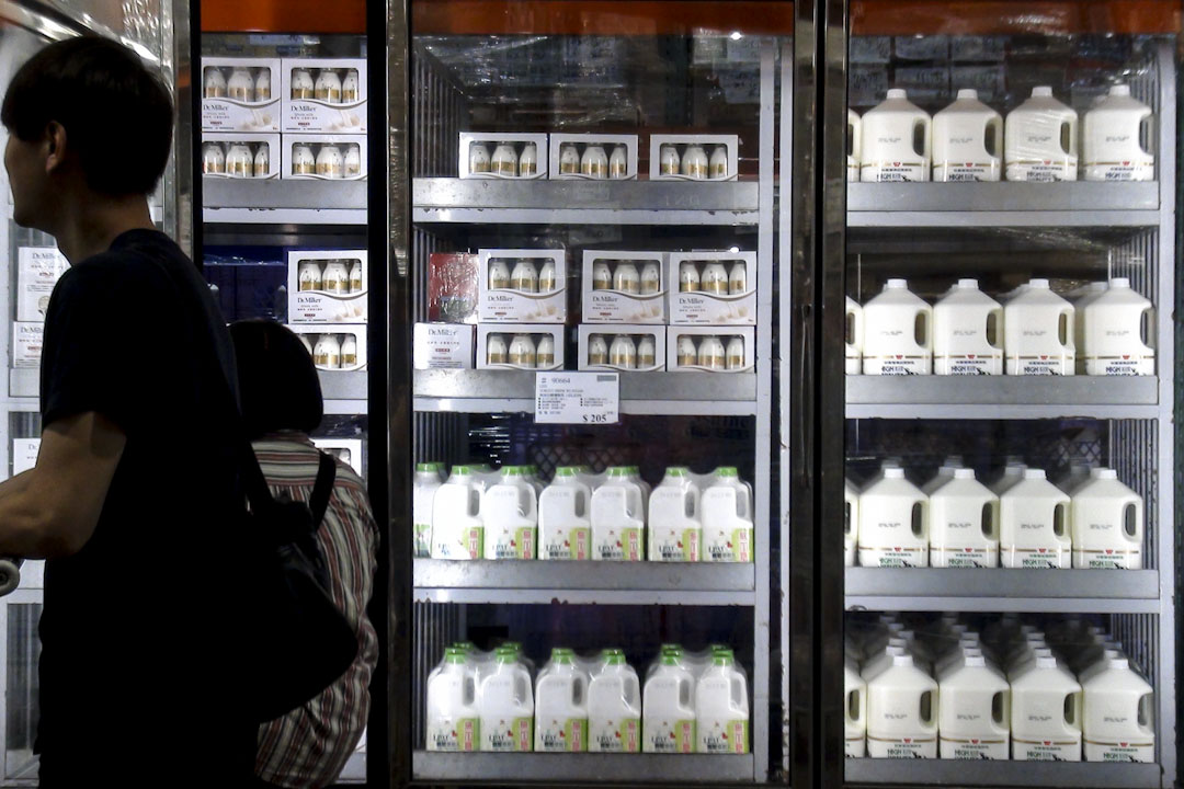 2014年10月,被曝出食品安全問題的台灣知名食品企業頂新集團、味全公司的產品,正在受到台灣民眾普遍的抵制。好事多新竹店原本一天約賣一千三百瓶(一加侖裝)的林鳳營鮮乳,受抵製風暴影響,鮮乳銷量慘跌,一天僅賣十餘瓶。