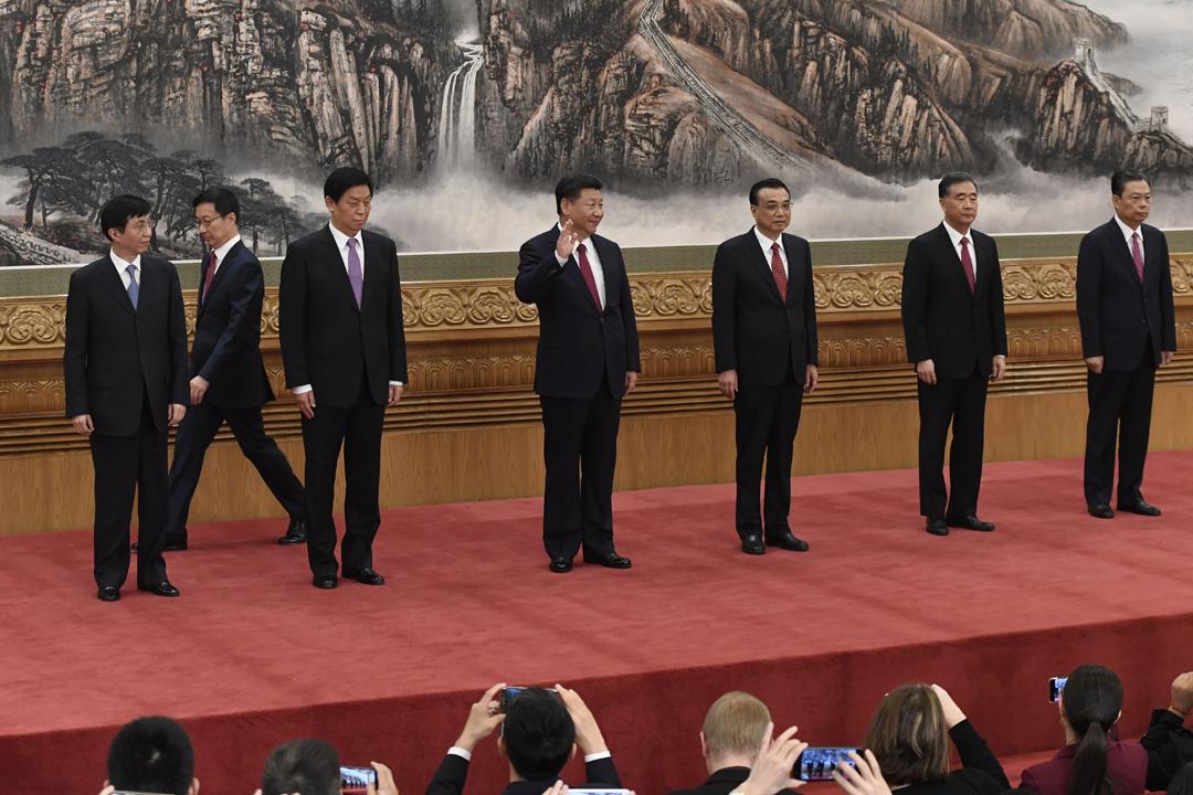中共十九屆一中全會選出新一屆政治局常委及委員。連任中共總書記及中央軍委主席的習近平,率領其餘6名常委於人民大會堂會見中外傳媒。 攝:Wang Zhao / Getty Images