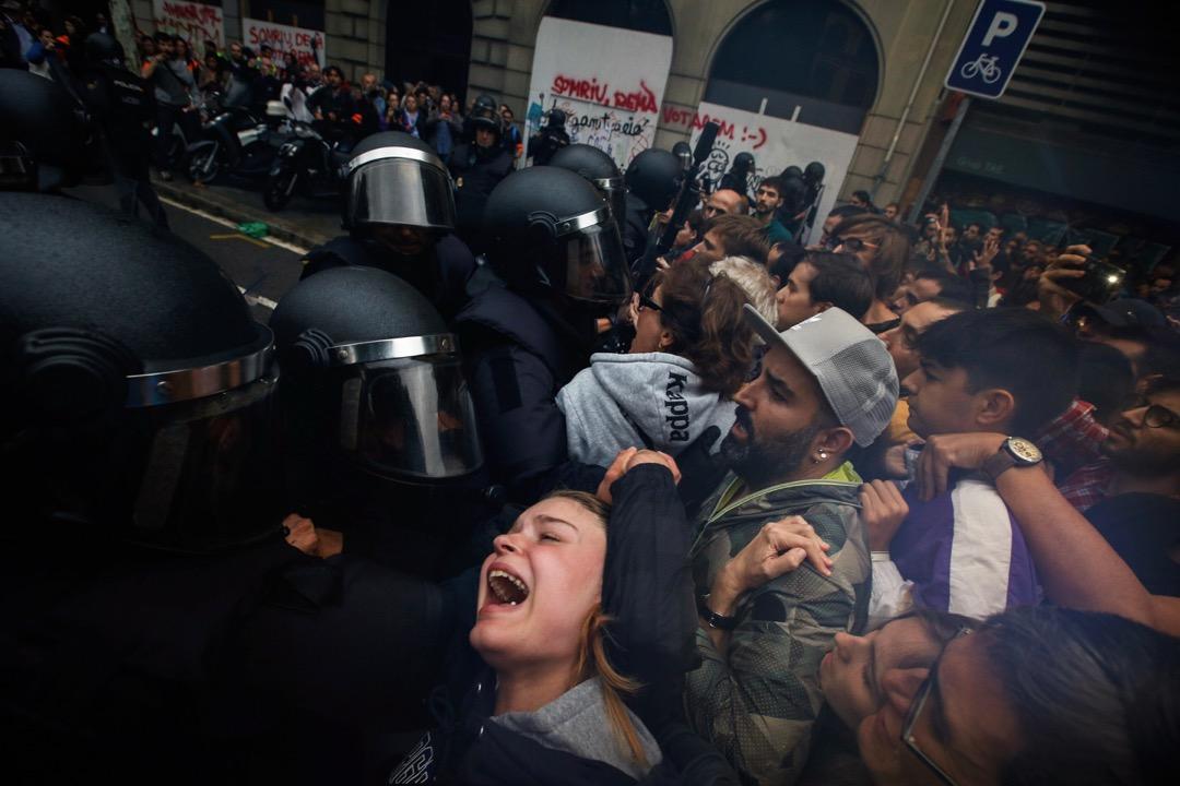 2017年10月1日,警察阻止公投市民進入加泰羅尼亞自治區獨立公投票站,雙方對峙,警察與民眾推撞。