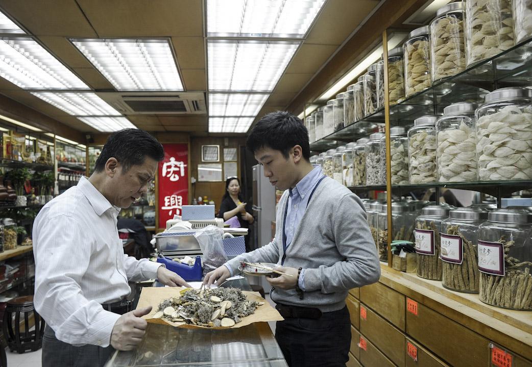 近期有國際權威醫學期刊的文章顯示,含馬兜鈴酸的有毒草藥是導致亞洲肝癌的重要原因之一。圖為香港的一家中醫診所。  攝:Dale De La Rey /AFP