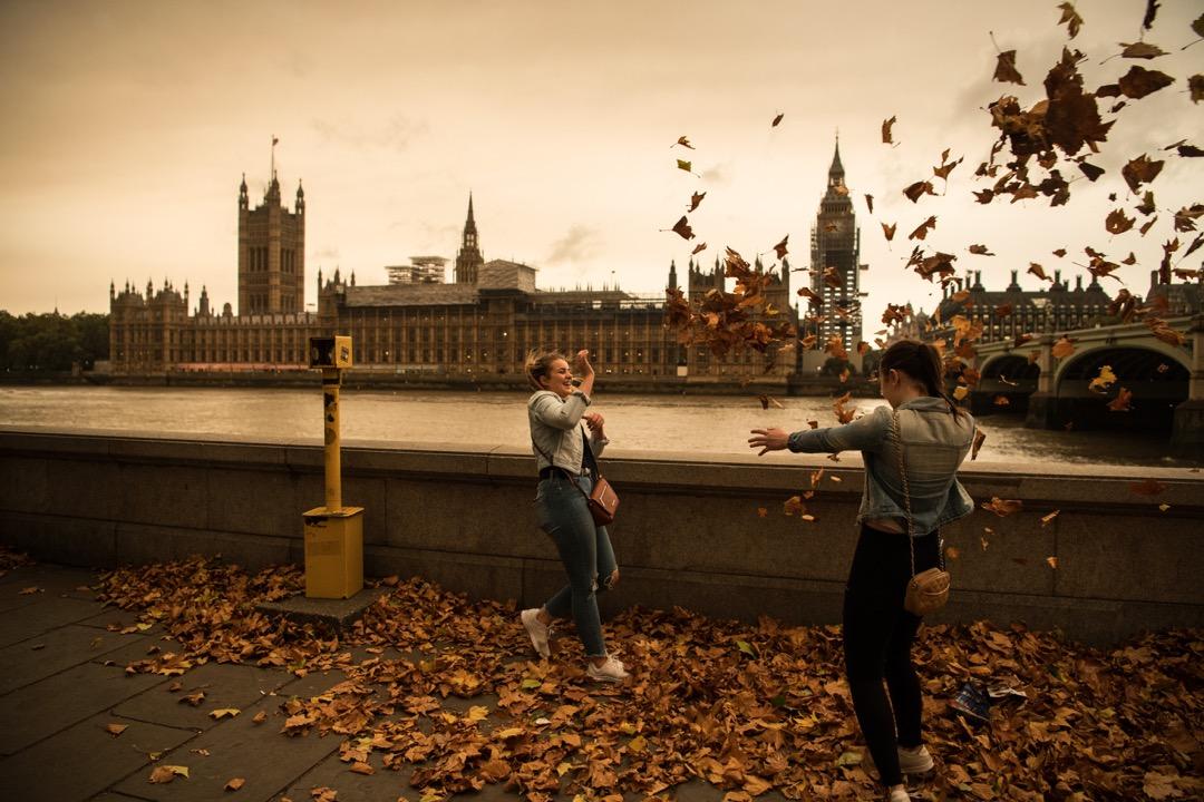2017年10月16日,英國和愛爾蘭受颶風「奧菲利亞」吹襲,因風暴捲起了撒哈拉沙漠的塵土以及鄰近西班牙和葡萄牙山火遺留的雜物,英國多處地區天空泛紅。在首都倫敦,有市民到泰晤士河畔互相扔擲落葉。⠀