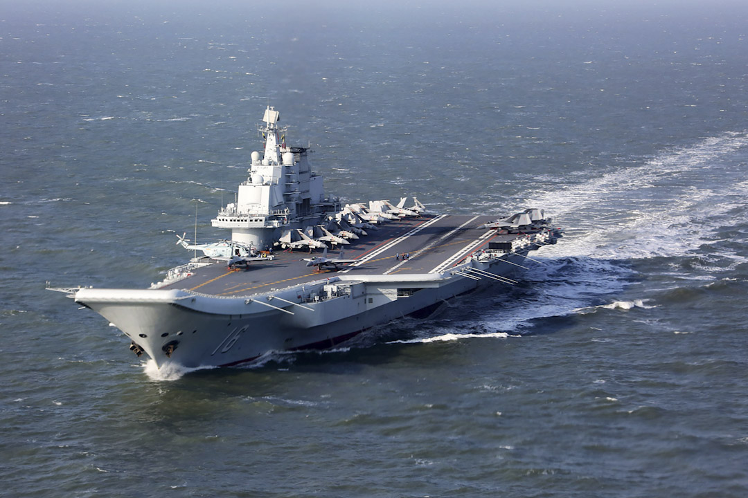2016年12月24日,中國的航空母艦遼寧號在太平洋軍事演習期間航行。