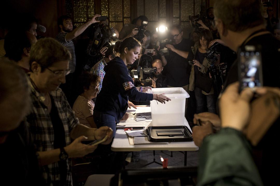 加泰公投顯示90.9%加泰選民支持獨立,但難以斷定「加獨」就是目前的主流民意。今次公投的投票率只有43%,而且在西班牙中央政府的鎮壓下,「統派」不會冒險投票,相反「加獨」支持者則不顧一切前往票站表態。圖為加泰公投點票情況。