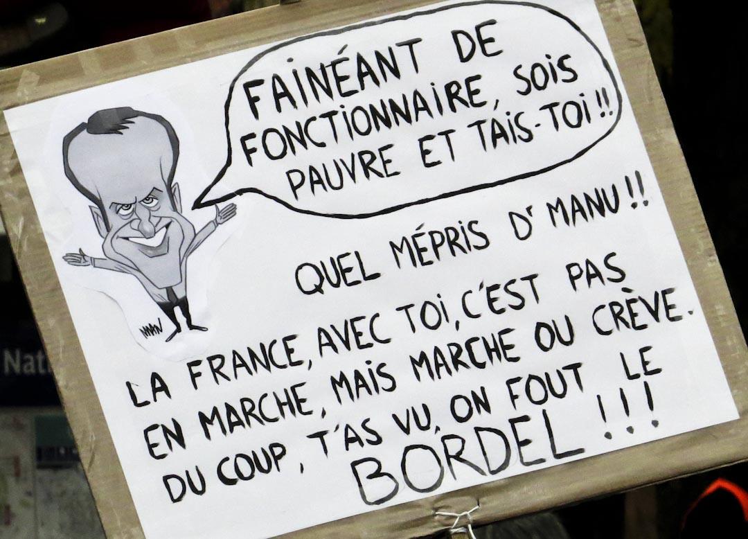 2017年10月上旬一場 25 萬人上街頭抗議馬克龍勞動法改革的遊行,舉牌中,漫畫版的馬克龍說「懶惰的公務員,窮就窮吧,閉嘴!」抨擊馬卡宏曾暗指反對勞動法改革者「懶惰」。基層員工便在底下反擊:「法國有你,不會是向前行(馬克宏競選時標語),而是不跟你走就要餓死。所以你看,我們就來搗亂!」民眾與政府之間的信任裂痕,清楚可見。