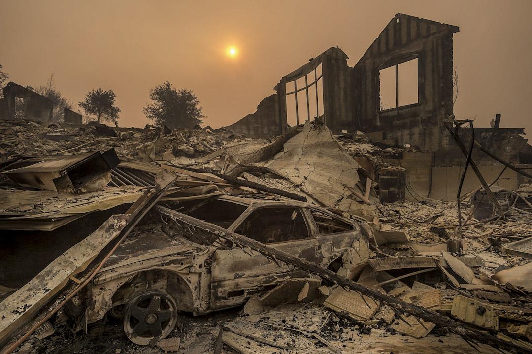 2017年10月10日,加州大火災造成滿目瘡痍,一架車輛被嚴重焚毀。美國加州北部於當地時間8日下午發生森林大火,造成23死、百餘人受傷、超過600人下落不明,以及3500棟以上建築遭焚毀。
