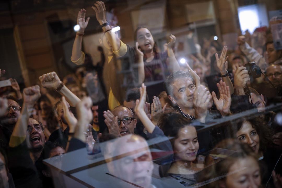 2017年10月1日,加泰羅尼亞自治區獨立公投,市民在巴塞隆拿La Fontana青年中心外的投票站關閉之後一同慶祝。