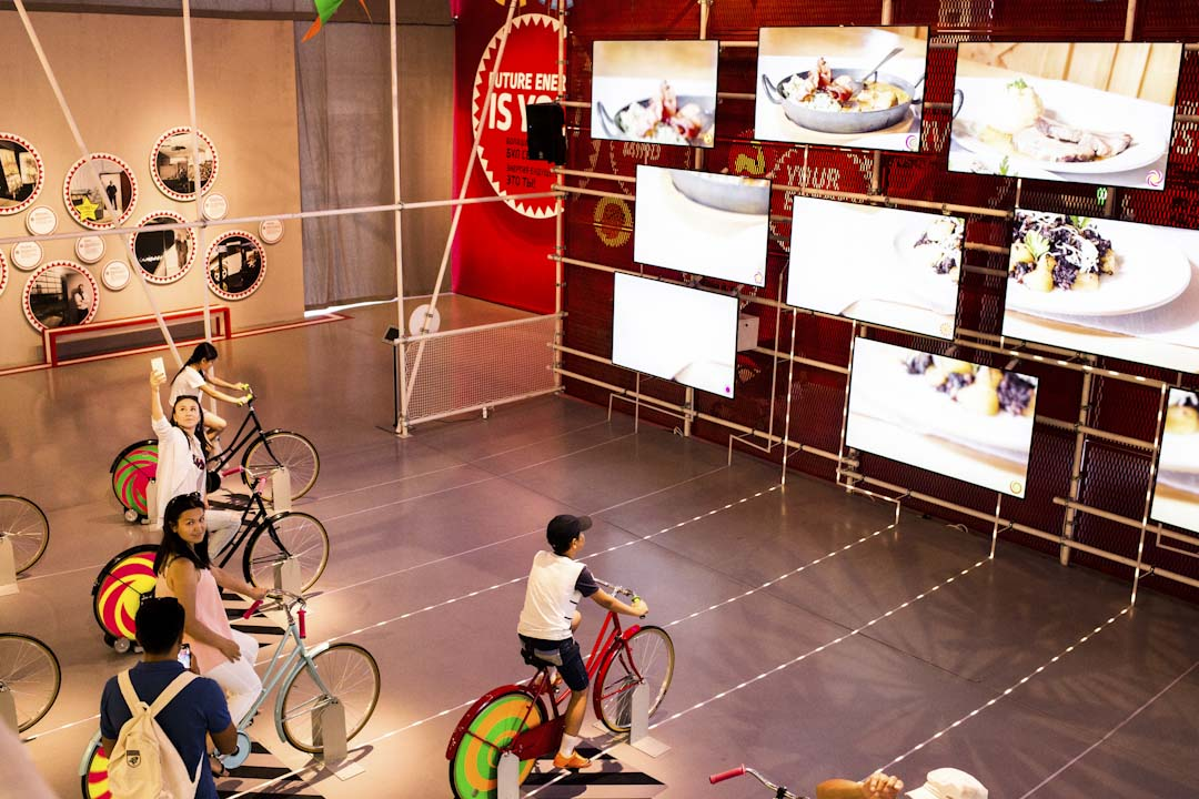奧地利館的其中一個展示騎腳踏車給電視供電的環節。