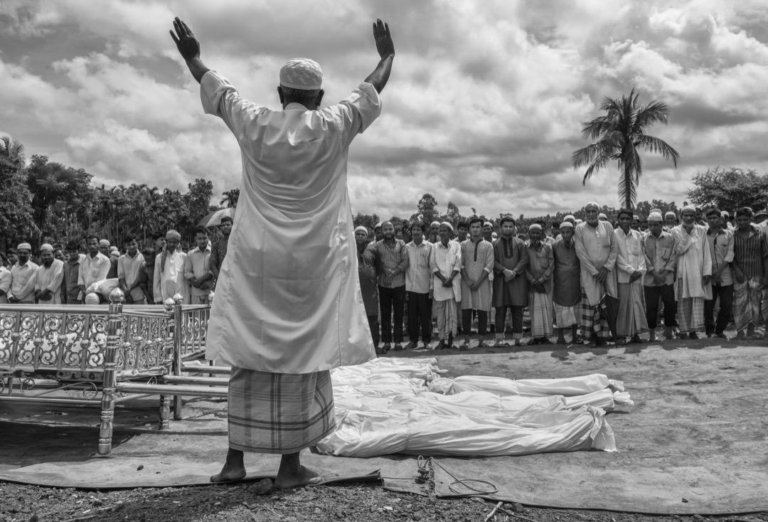 2017年9月29日,一名伊斯蘭教士為16名翻越緬孟邊境的納夫河時在翻船意外中死亡的難民祈禱,並進行喪禮。