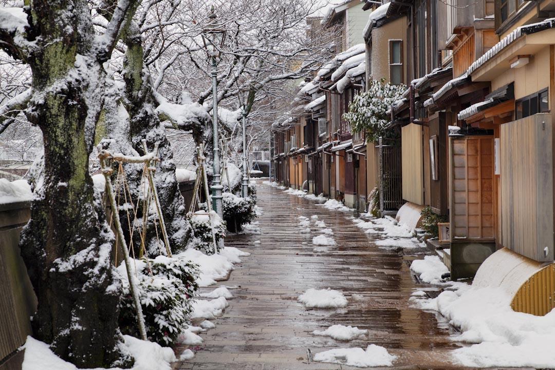 日本金澤市的冬天,東茶屋街。 攝:JTB Photo/UIG via Getty Images