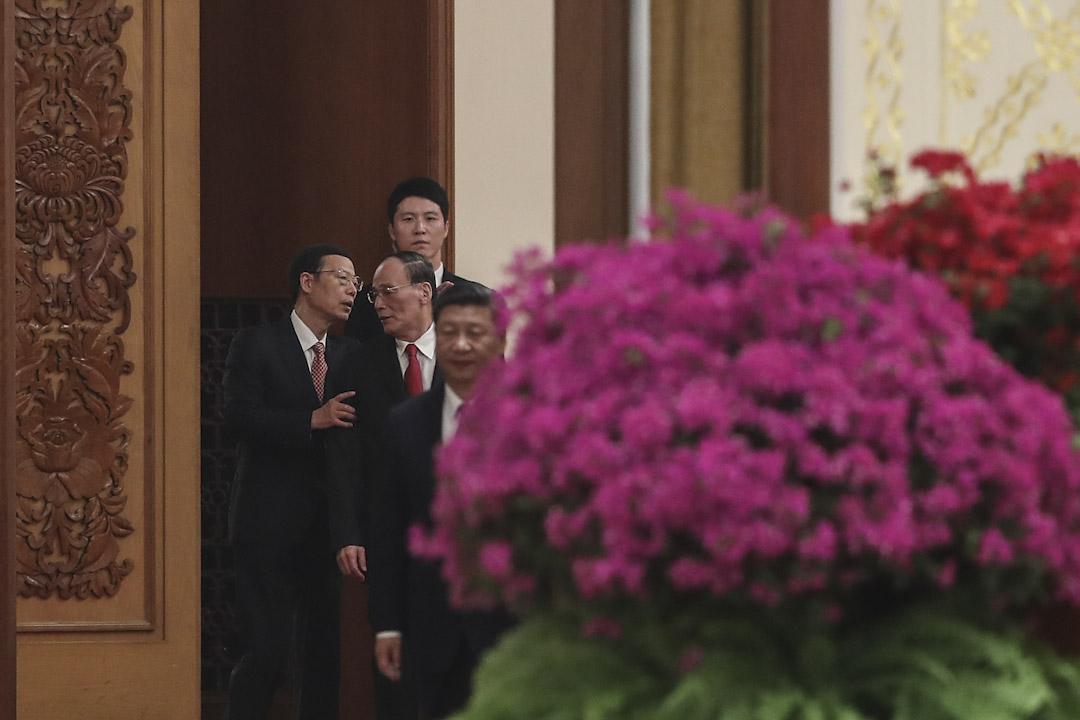 2017年9月30日,中紀委書記王岐山與副總理張高麗出席中華人民共和國成立六十八週年紀念活動,前為國家主席習近平。