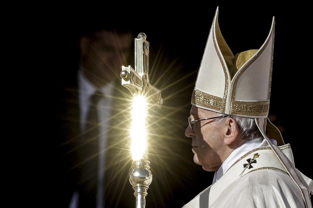 2017年10月15日,教宗方濟各出席梵蒂岡聖彼得廣場主持封聖彌撒,冊封35位新聖人。 (AP Photo/Andrew Medichini)