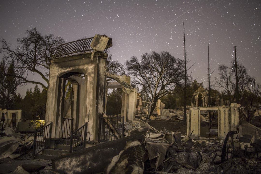 2017年10月14日,美國加州發生山火,波及加州城市聖羅莎的民居。火災造成至少40死、超過600人下落不明,以及約5700棟建築遭焚毀。