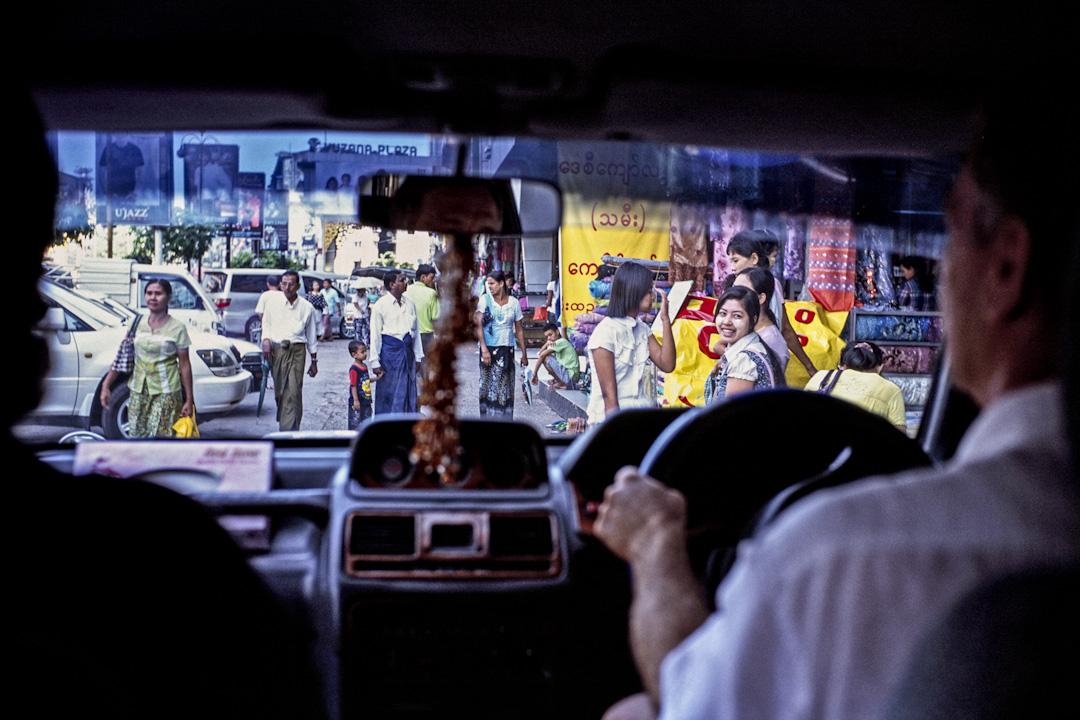 數十年間,緬甸像是從時間的齒輪脫落一般,無法往前推進。整個國家樸實得讓旅人像掉進時光隧道。