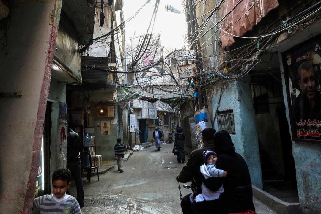 歷史讓黎巴嫩人對敘利亞心有芥蒂。而自2011年初敘利亞內戰爆發以來,大量難民湧入黎巴嫩,給這個國土面積不足北京2/3的小國造成了沉重的負擔。據不完全統計,這幾年黎巴嫩已接受了近150萬難民,還有很多未登記的敘利亞逃難者生活在黎巴嫩的各個角落。圖為黎巴嫩首都貝魯特市郊的一個難民營。