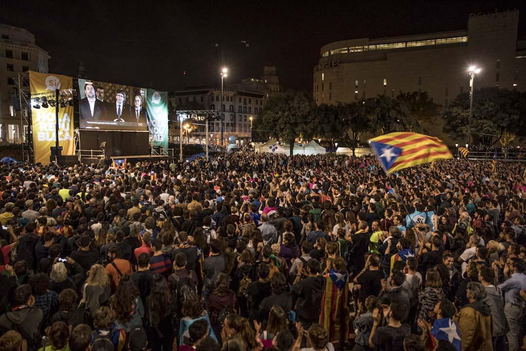 2017年10月1日,支持公投的市民西班牙巴塞隆拿加泰羅尼亞廣場等候投票結果聽,期間加泰羅尼亞自治區主席普伊格蒙特(Carles Puigdemont)通過電視新聞發布會發言。