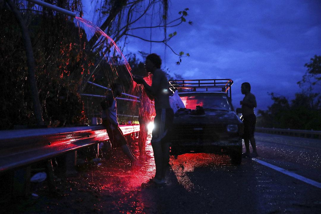 2017年10月6日,波多黎各城鎮烏多瓦在颶風「瑪麗亞」吹襲後兩週仍然斷水斷電,有居民泉水在路邊洗澡。