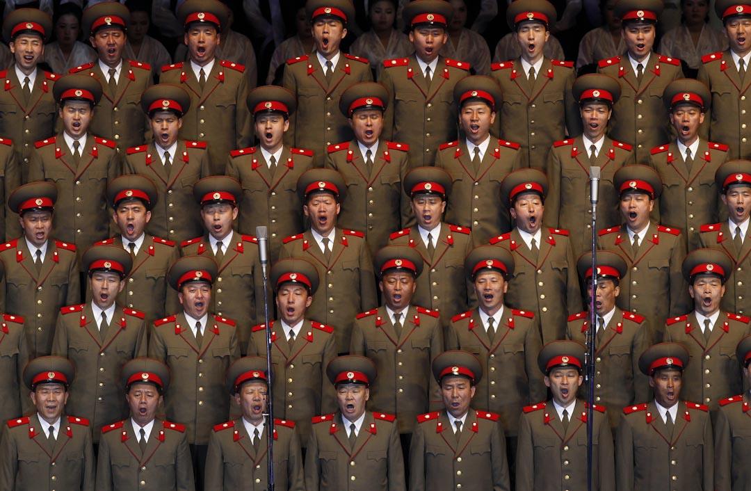 北韓士兵在平壤室內體育館唱歌,以紀念北韓已故領袖金日成逝世100週年。