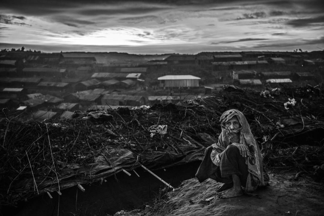 2017年9月22日,一名羅興亞難民婦女坐在孟加拉科克斯巴扎爾縣的一個難民營裡。