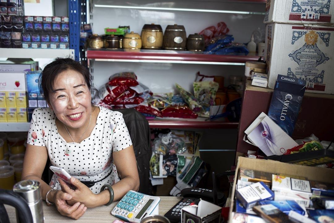 在中哈邊境口岸霍爾果斯免稅區開雜貨店的湯建芳。