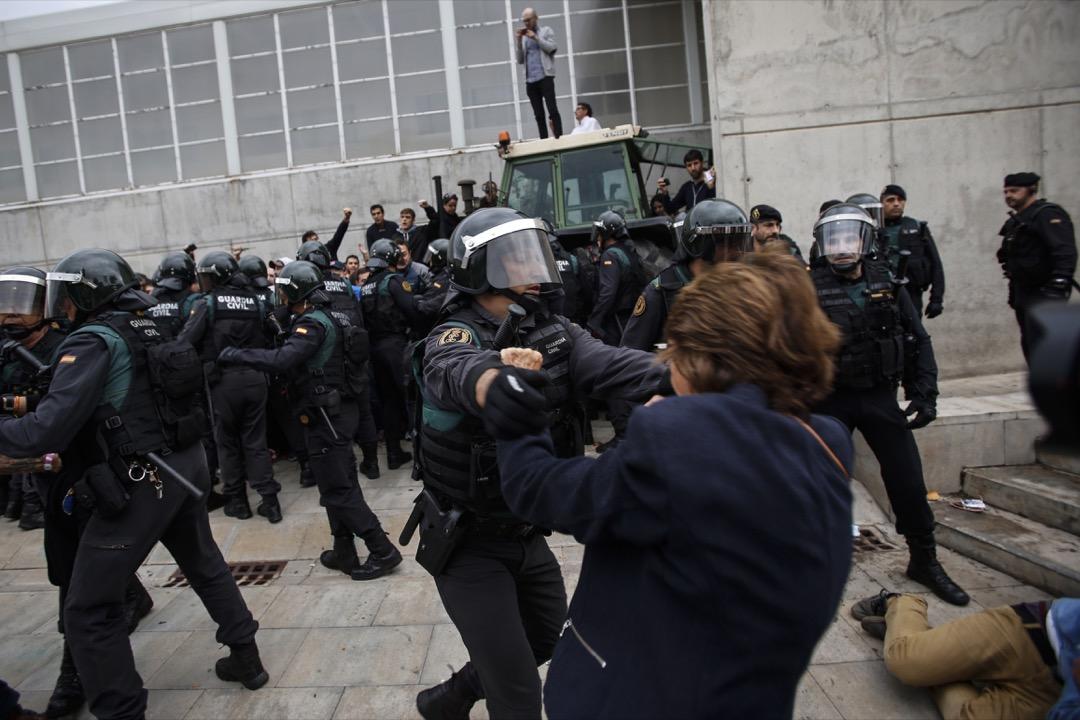 2017年10月1日,西班牙加泰隆尼亞地區小鎮赫羅納,國民警衛隊在公投票站外驅趕示威者。