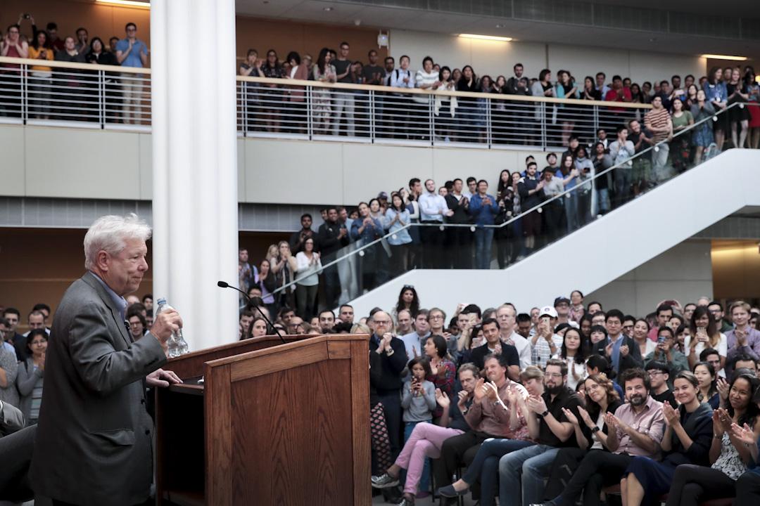 2017年諾貝爾經濟學獎得主為美國經濟學家Richard H. Thaler,他因為行為經濟學研究得獎。圖為2017年10月9日他獲獎後在芝加哥大學舉行記者會。 攝:Scott Olson/Getty Images