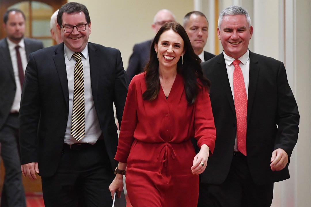 2017年7月19日,即將成為紐西蘭最年輕總理的工黨黨魁阿德恩(Jacinda Ardern,中)與議員 Kelvin Davis(右)和 Craig Robertson 參加新聞發布會。 攝:Marty Melville/Getty Images