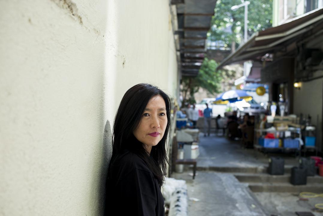 出生在台北的胡晴舫,30歲正式離鄉,至今長時間旅居過7個地方:美國威斯康辛州、香港、北京、上海、巴黎、紐約、東京;行腳經過的城市,更是數不勝數。