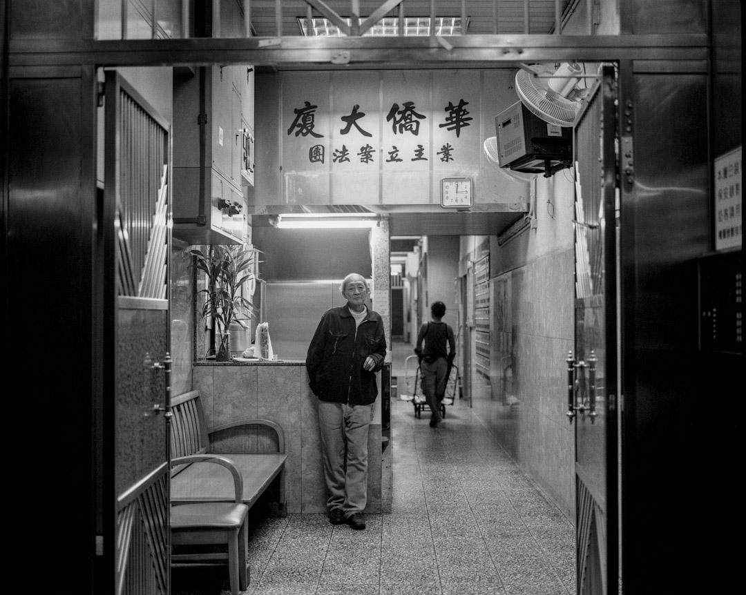林伯曾在深水埗一座唐樓做保安,後來搬上公屋,長期一人獨居。