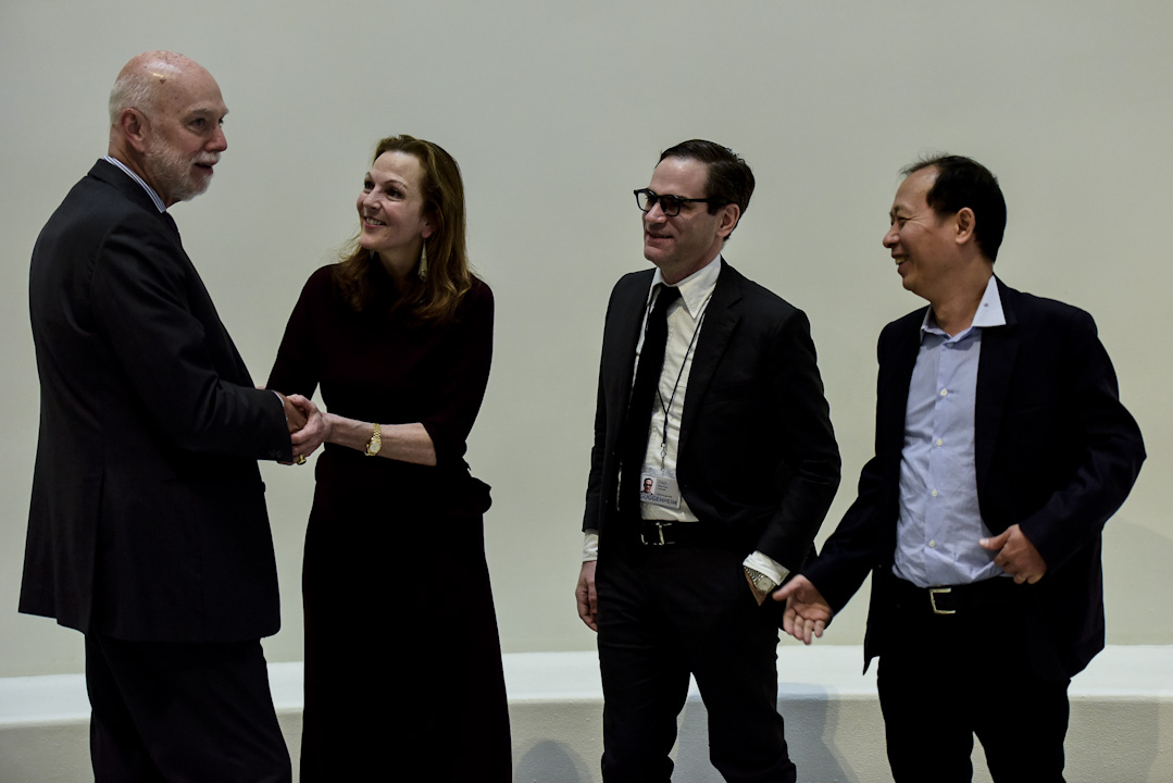 古根海姆美術館館長Richard Armstrong與此次展覽的策展人孟璐、田霏宇和侯瀚如。
