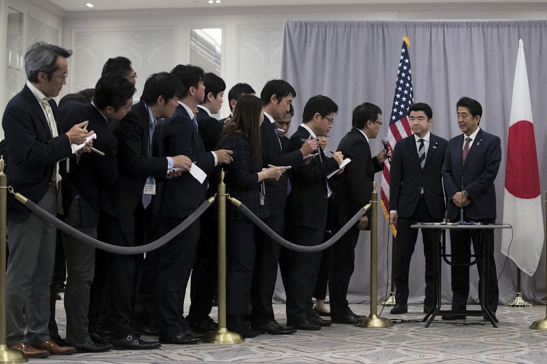 負責採訪政治人物的政治線記者是相當折磨人。因為政治人物是早出晚歸的,連假日也在忙着選區裏大大小小的事務。圖為記者採訪日本首相安倍晋三。 攝: Drew Angerer/Getty Images