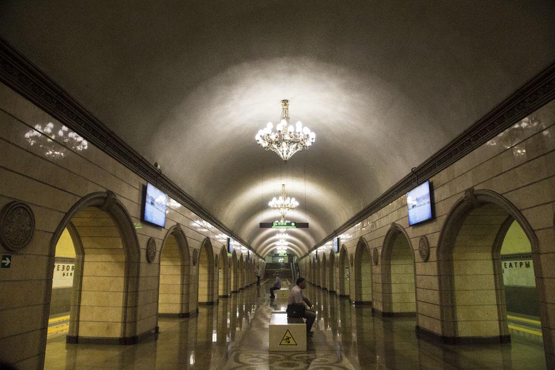 阿拉木圖於2011年啟用的地鐵至今仍只有一條線,一千五百萬的城市人口,日乘客量卻只有約三萬人次。由於地鐵線路不夠完整,經常出現地鐵站空空如也。