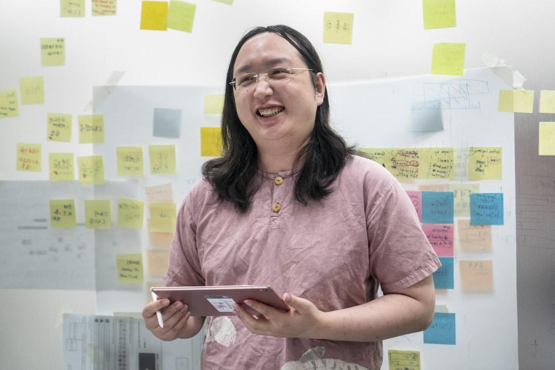 唐鳳她曾長年投入台灣公民科技社群「零時政府」(g0v)及公民參與網絡平台「vTaiwan」,入閣後更主責推動「開放政府」,令台灣在推動相關進程上,備受矚目。