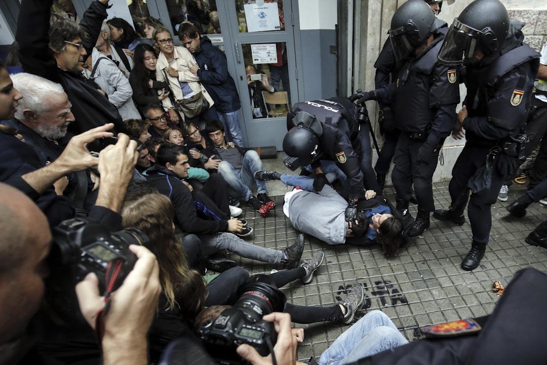 2017年10月1日,西班牙城市巴塞隆拿,警察阻止市民進入加泰獨立公投的票站。