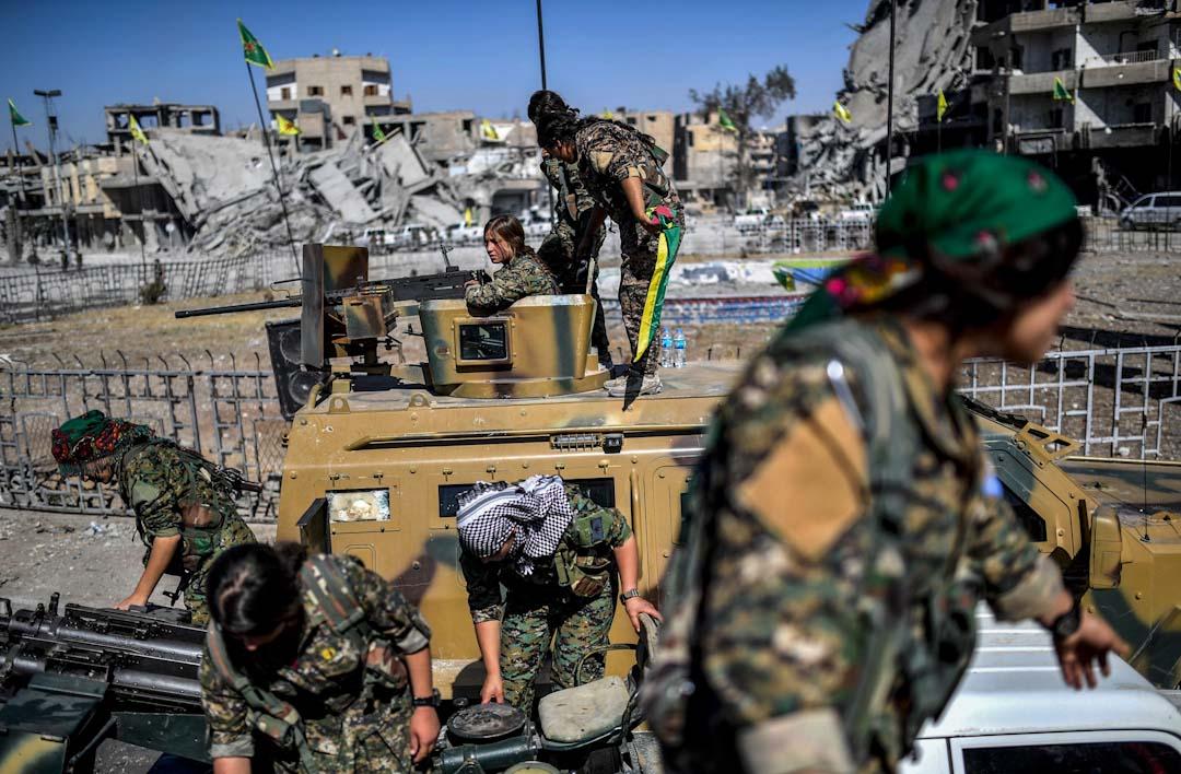 2017年10月19日,敘利亞民主力量的庫爾德族女戰士在敘利亞城市拉卡的著名地標奈姆廣場(Al-Naim Square)慶祝成功擊退自稱「伊斯蘭國」的恐怖組織,重奪拉卡控制權。⠀ ⠀