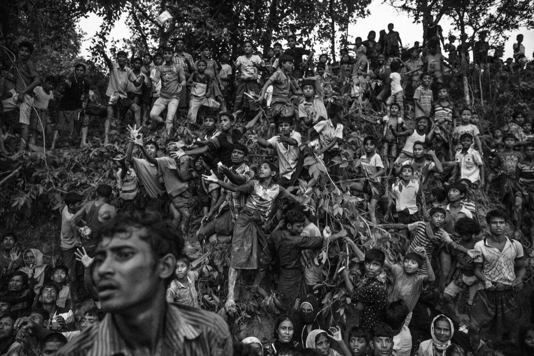 2017年9月20日,當地非政府組織到科克斯巴扎爾縣的一個難民營派發物資,大批難民蜂擁而至。