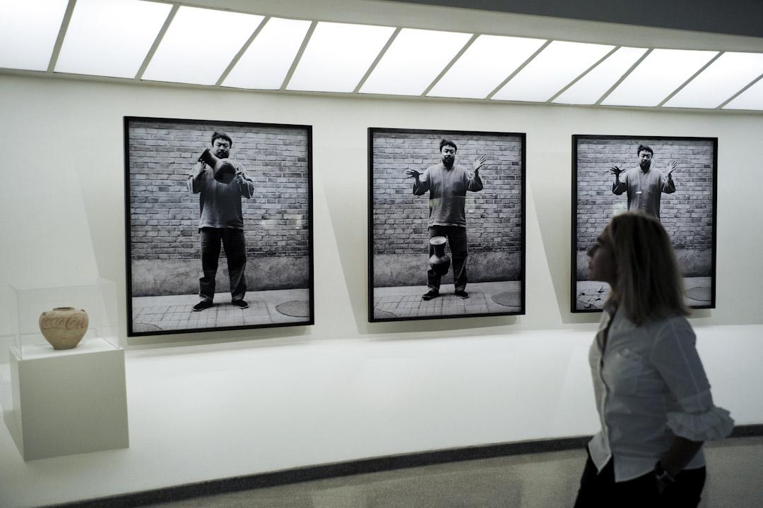 艾未未的參展作品《打破一隻漢代甕》。