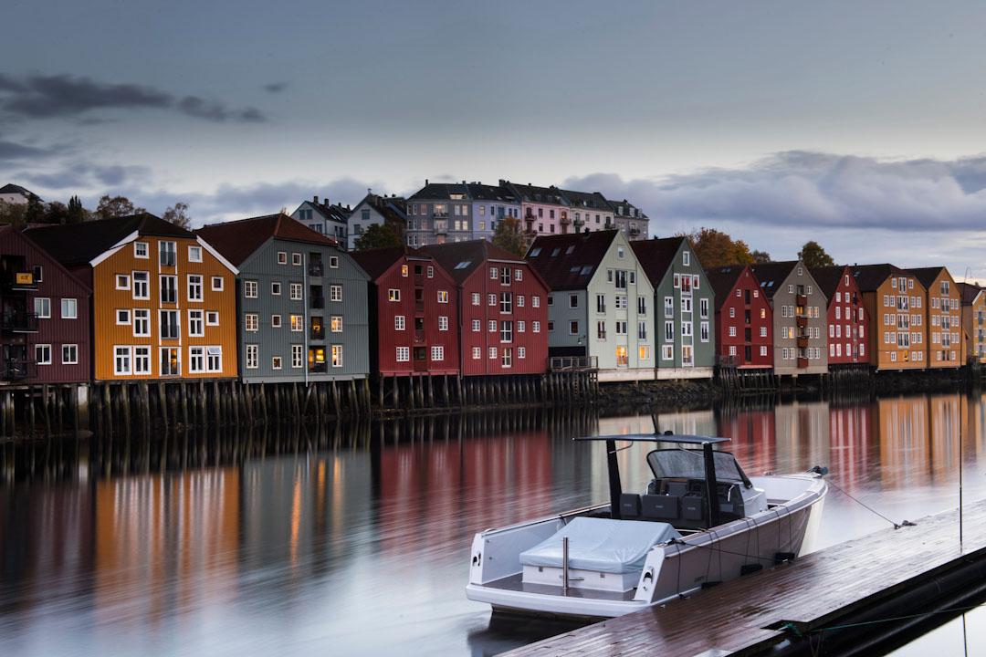2017年10月16日,一艘船停泊在挪威城市特隆赫姆的港口。