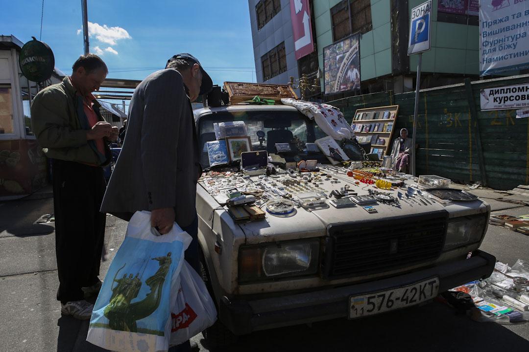 2016年4月,烏克蘭首都基輔,市民在街上的攤販處購物。