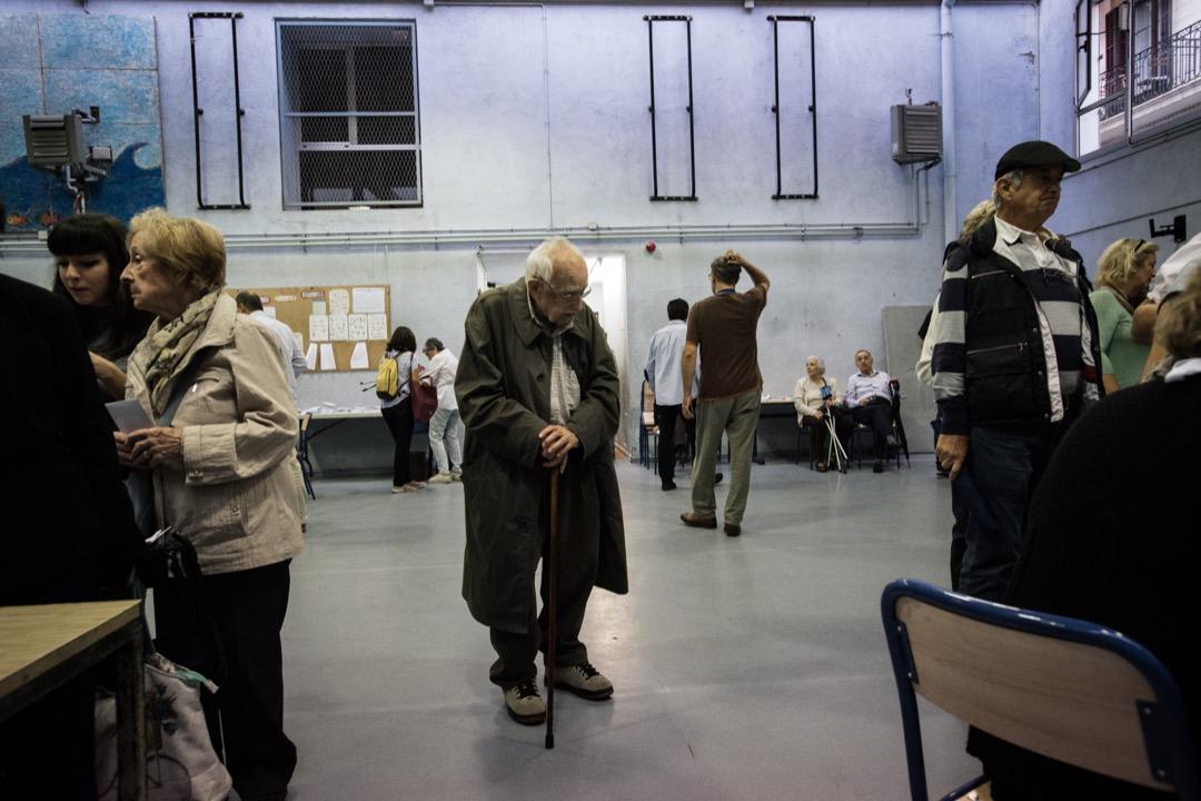 2017年10月1日,加泰羅尼亞自治區獨立公投票站內,一位年長的投票市民。