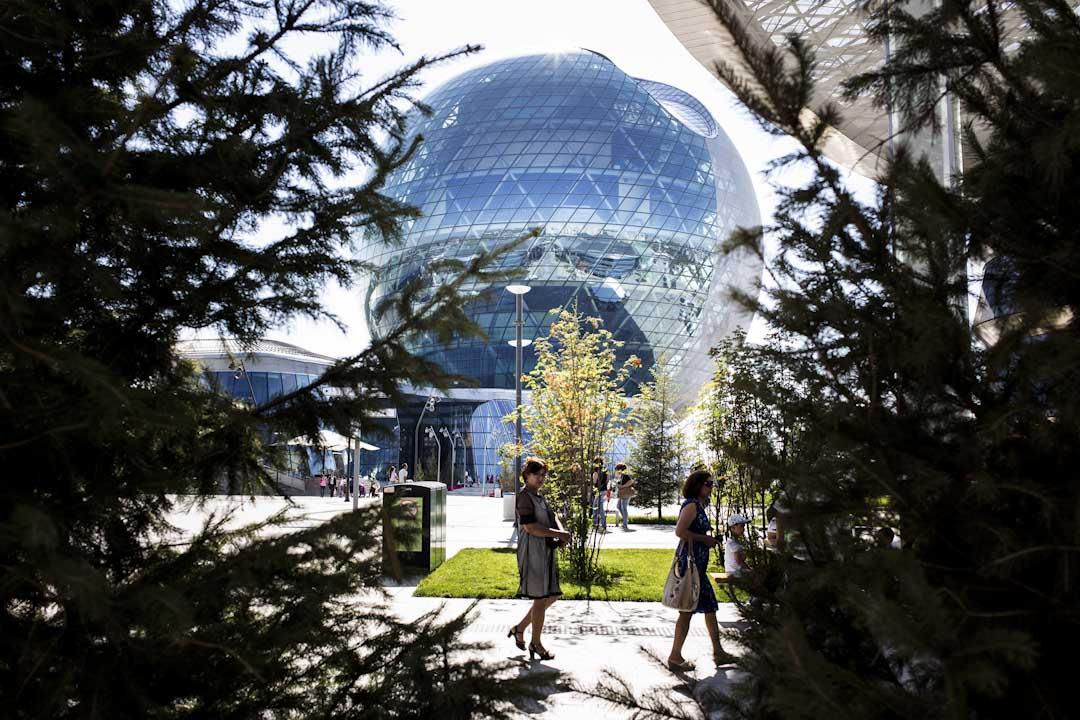 哈薩克的展館。直徑80米,高100米,樓高8層,建物立面安裝了利用太陽能的整合光伏電池,樓頂則設置了2部風力發電機。