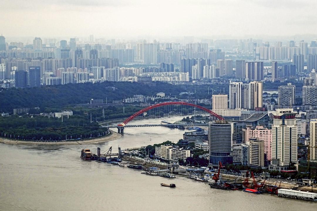 武漢,別稱「東方芝加哥」,是中國中部暨長江中游地區第一大城市,也是中部地區的政治、經濟、金融、商業、物流、科技、文化、教育中心及交通、通信樞紐。圖為2017年10月2日,於武漢綠地中心大廈的高處腑覽市內環境。 攝:Imagine China