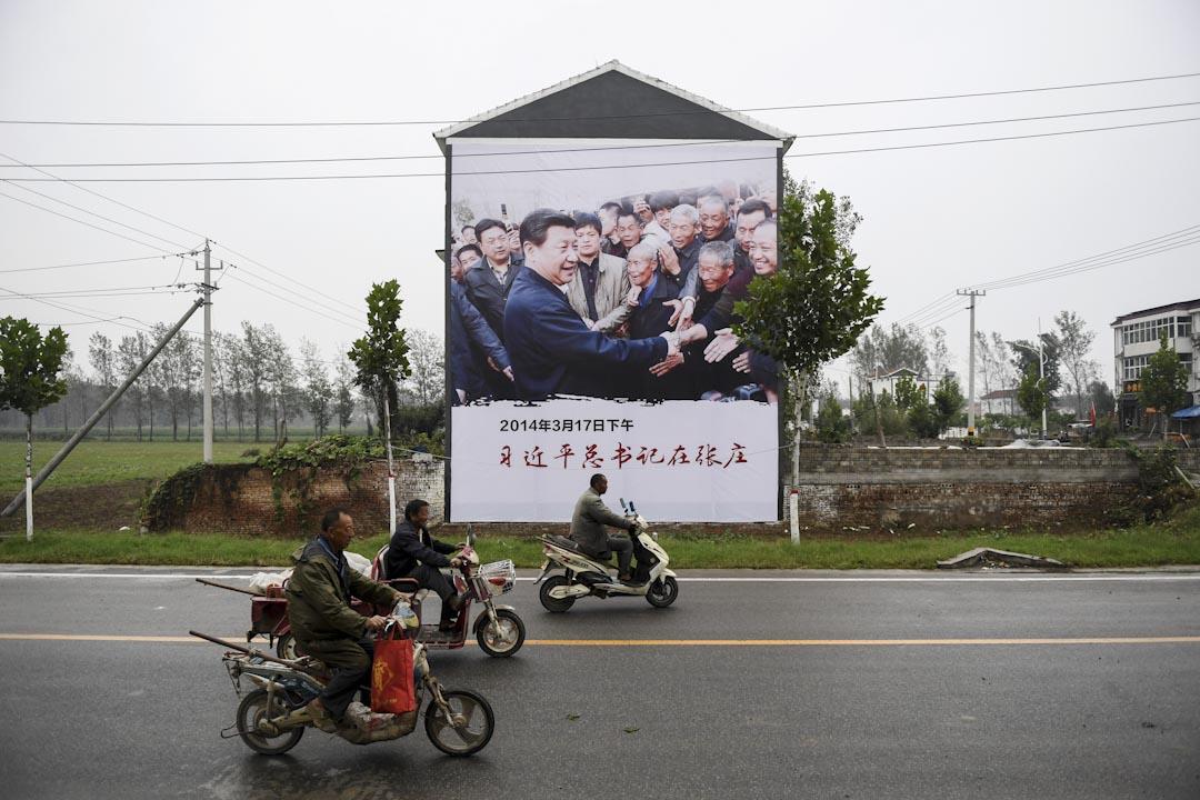 2017年9月28日,中國河南一幅巨型的廣告牌,內容是習近平到訪河南一條村莊時,受到村民歡迎的圖片。