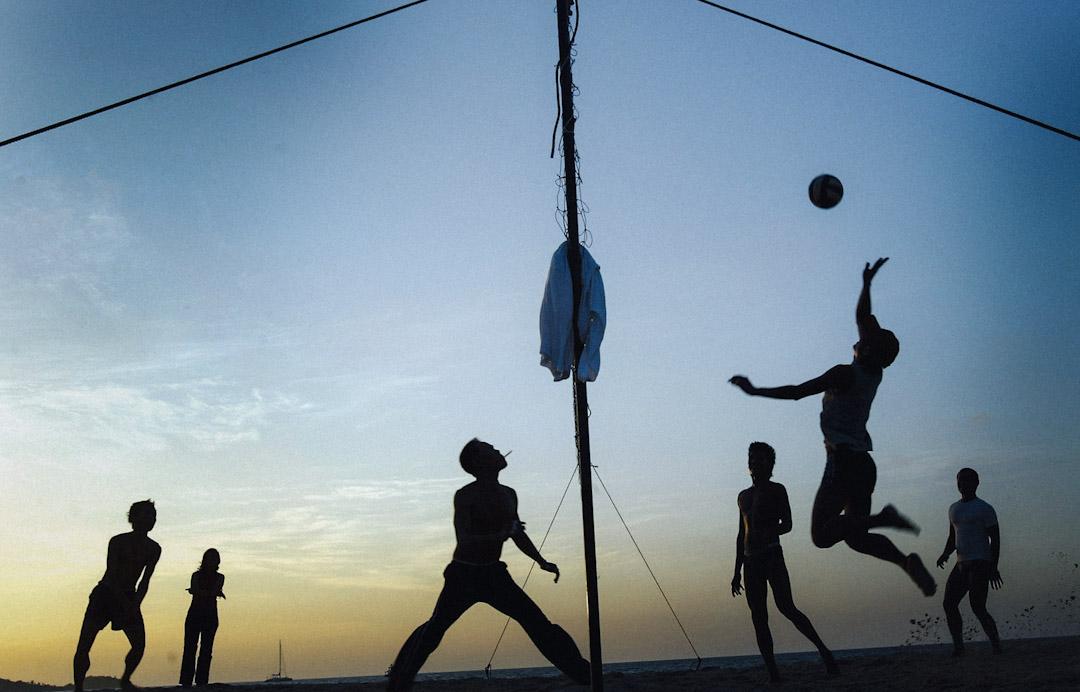 普吉島芭東海灘,遊客正在打沙灘排球。