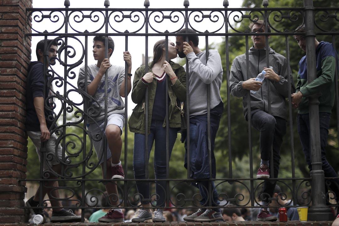 2017年10月1日,一對情侶在在巴塞隆拿工業學校,等候加泰羅尼亞獨立公投結果。