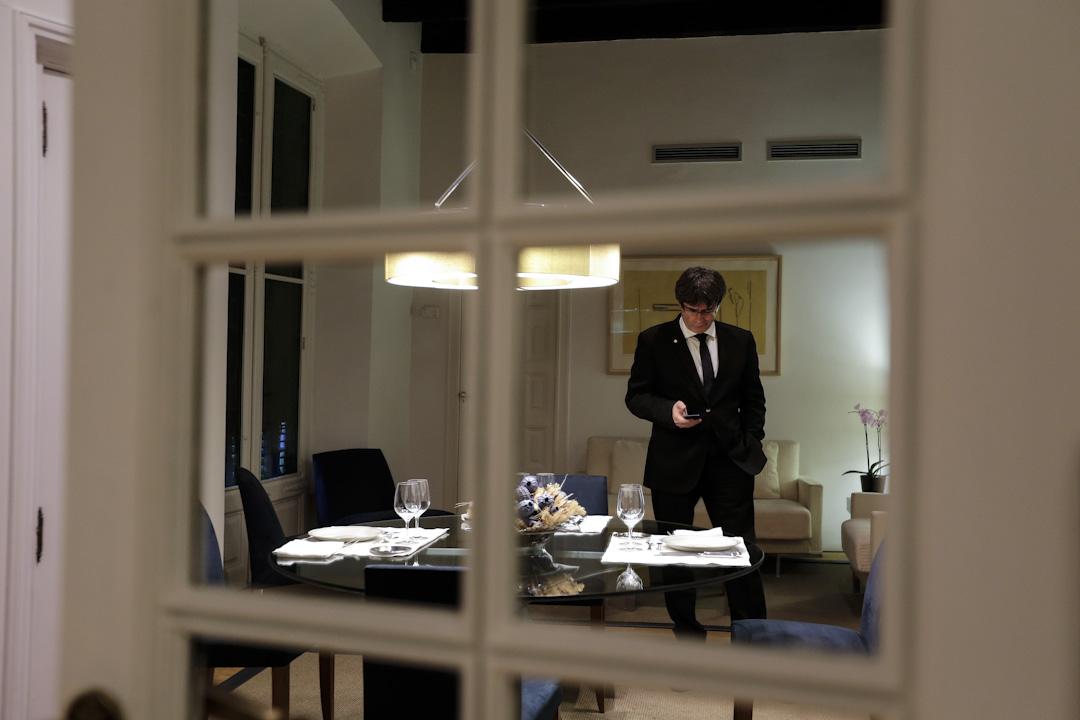 2017年10月10日,普伊格蒙特與加泰羅尼亞自治政府其他官員簽署獨立宣言,但宣布暫緩執行,圖為他於當天在加泰政府內一個室內地方觀看手機。