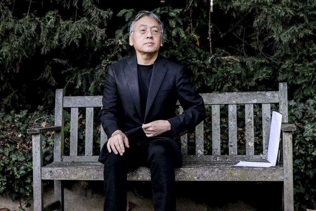 2017年10月5日,日裔英籍的作家石黑一雄獲得2017年諾貝爾文學獎後,在英國倫敦院庭院裡接受媒體採訪。 攝:Alastair Grant / AP