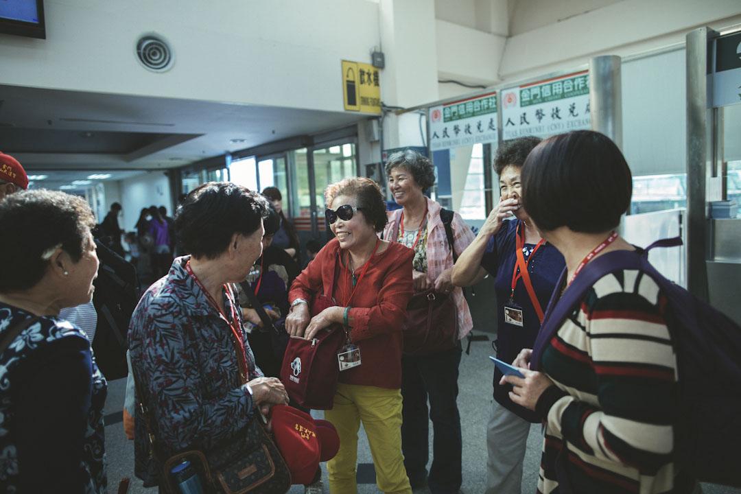 旅客在金門客運碼頭等候前往廈門。
