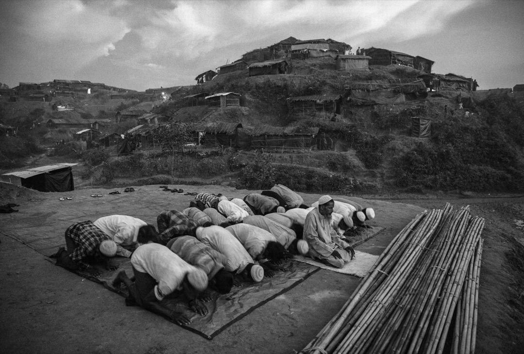 2017年9月25日,羅興亞難民在孟加拉科克斯巴扎爾縣的難民營中進行跪拜儀式,這裡將會建設一座清真寺。