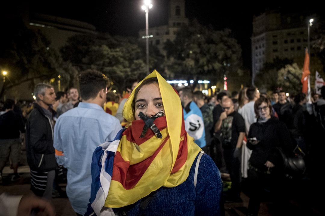 2017年10月1日晚上,加泰羅尼亞廣場聚集數千名支持加泰獨立的群眾等待公投結果。 攝:Guillaume Pinon/NurPhoto via Getty Images