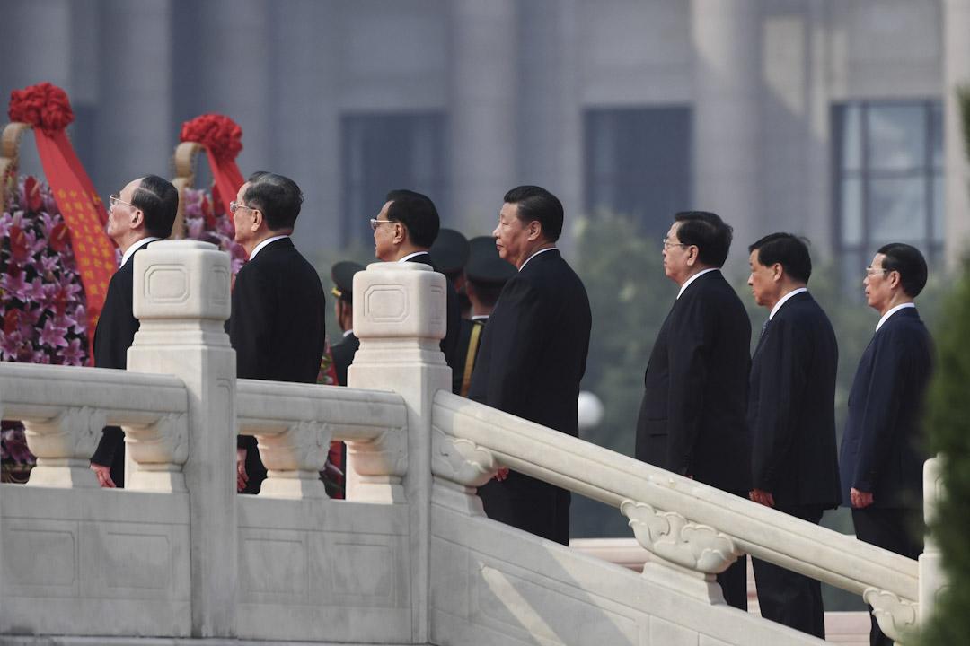 2017年9月30日,習近平連同六位中共中央政治局常委於在北京國慶日前夕在天安門廣場的人民英雄紀念碑前,紀念中國的革命烈士。